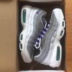WOMANS AIR MAX 95, size 7.5